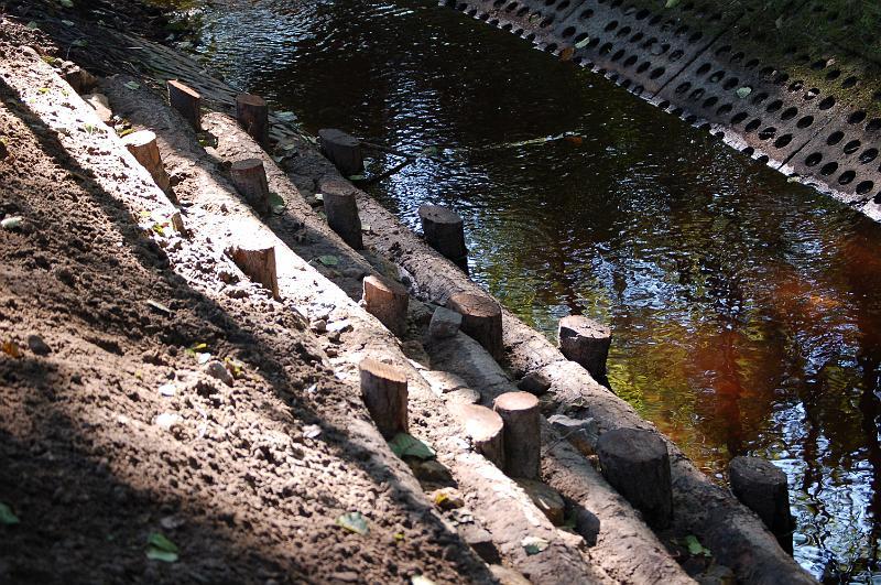 Umocnienia drewniane brzegu wprowadzone w miejsce zdewastowanych płyt betonowych