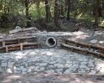 Narzut kamienny z umocnieniami drewnianymi w miejscu szczególnie narażonym na uszkodzenia