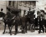 Pogrzeb w Piotrowicach, ok 1940 widok na stary budynek szkoły