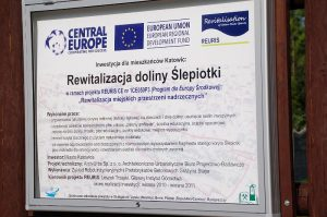 Tablica informacyjna ustawiona przy ul. Jankego