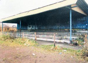 Archiwalne zdjęcia zdewastowanej trybuny na stadionie Kolejarza, fot. archiwum Jana Boronowskiego