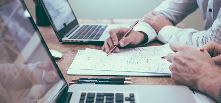 Obsługa prawna przedsiębiorców – co obejmuje? Jak prawnik pomaga w biznesie?